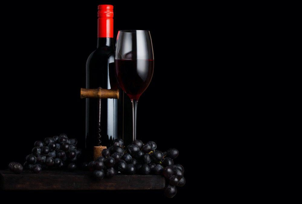 photo bouteille de vin et raisin