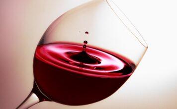 Comment enlever une tâche de vin rouge séché ? Nos meilleures astuces